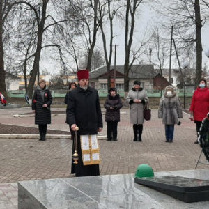 В Хиславичах в День Неизвестного солдата прошел траурный митинг